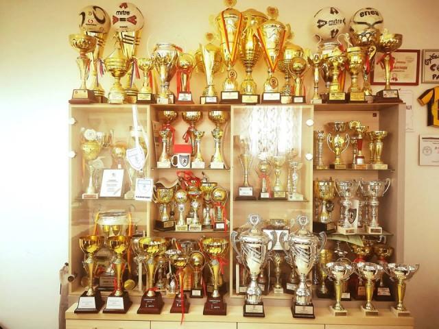 Витрина со трофеи на Академија Пандев