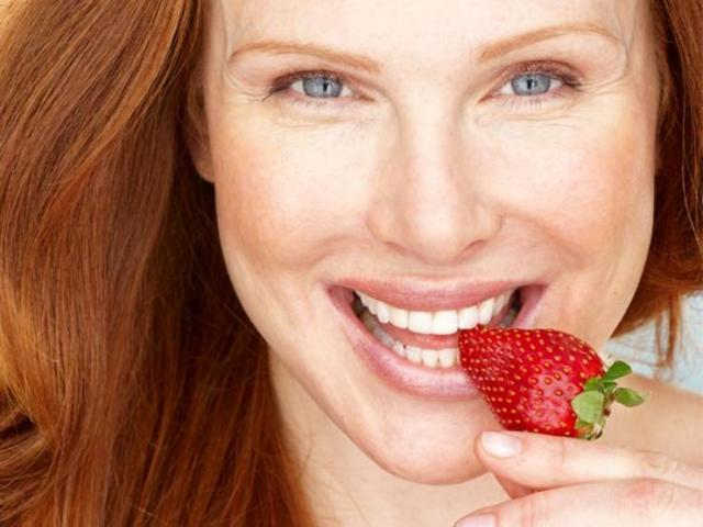 woman-eat-strawberry-PV0410-600-x450